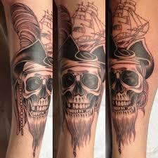 calavera-pirata-en-el-brazo-tatuajes-de-calaveras-con-reloj